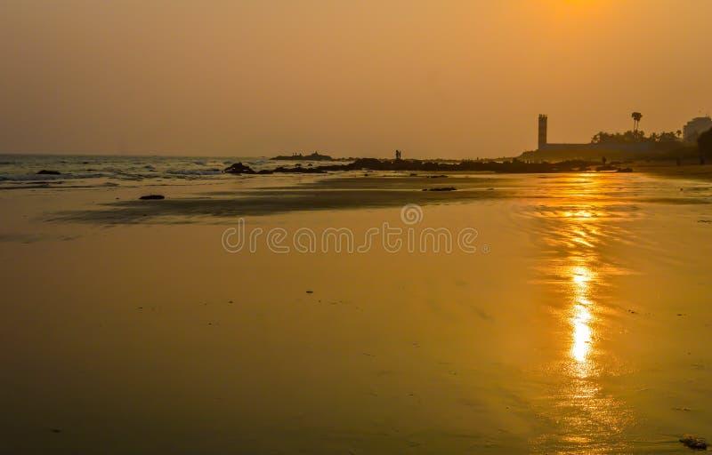Piękny zmierzch w tropikalnym morzu przy lato czasem dla use jako sztandaru tło fotografia royalty free