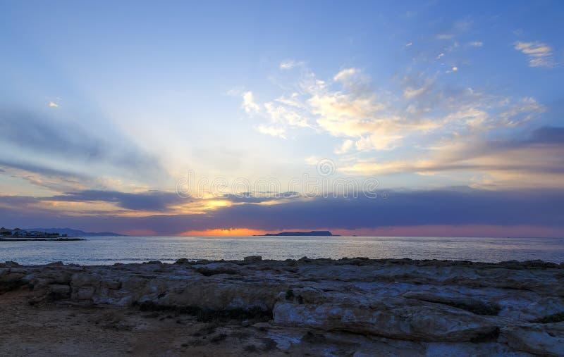 Piękny zmierzch w zachodniej części wyspa Crete, blisko miasteczka Hersonissos seascape zachód słońca nad morza czarnego zdjęcie stock