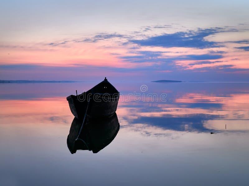 Piękny zmierzch, wschód słońca nad/wodą i sylwetki łodzią rybacką obrazy stock