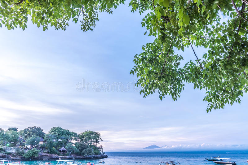 Piękny zmierzch z niebem nad spokojnym morzem w tropikalnej Bali wyspie, Indonezja obrazy royalty free