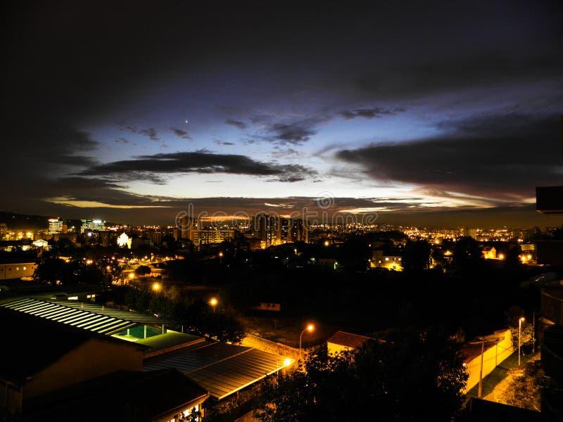 Piękny zmierzch Z Oszałamiająco nocnym niebem Nad miastem Zaświeca Lisbon, Portugalia obraz stock