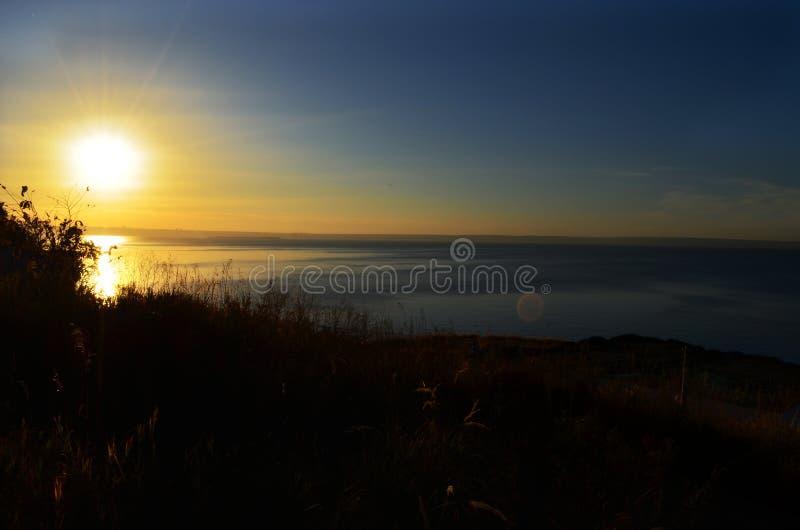 Piękny zmierzchu krajobraz przy Volga rzeką i słońca złoty odbicie na spokojnych fala Zadziwiający lato zmierzchu widok na zdjęcia stock