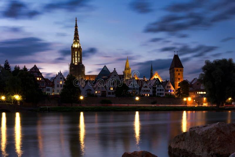 Piękny zmierzchu krajobrazu Ulmer MÃ ¼ nster Stadtmauer Metzgerturm Ulm Niemcy zdjęcia royalty free