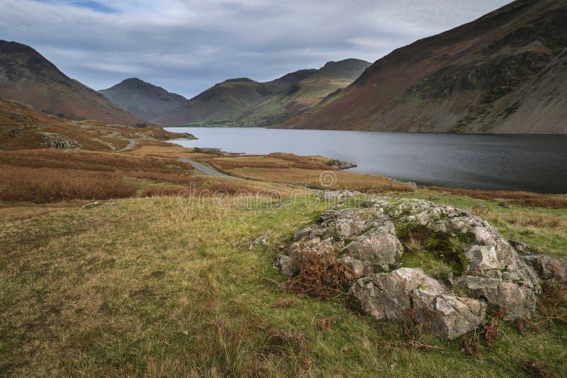 Piękny zmierzchu krajobrazu wizerunek Wast woda wewnątrz góry i zdjęcia stock