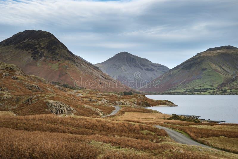 Piękny zmierzchu krajobrazu wizerunek Wast woda wewnątrz góry i fotografia stock