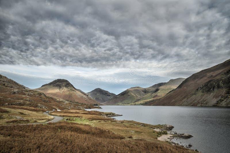 Piękny zmierzchu krajobrazu wizerunek Wast woda wewnątrz góry i obraz stock