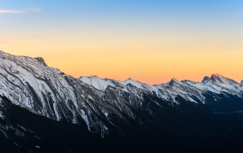 Piękny zmierzchu widok śnieg nakrywał Skaliste góry przy Banff Na zdjęcia royalty free