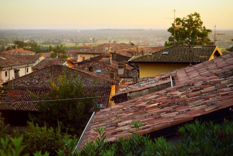 Piękny zmierzchu widok dachy Lonato Del Garda, miasteczko i comune w prowinci Brescia, w Lombardy obraz stock