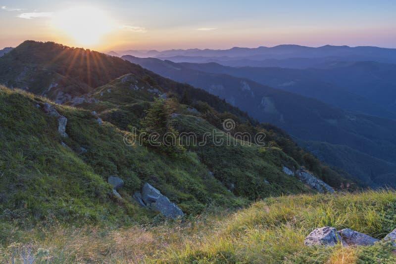 Piękny zmierzchu widok górski od wejść na ścieżce Kozya Stena buda Troyan Bałkański jest wyjątkowo obrazy royalty free