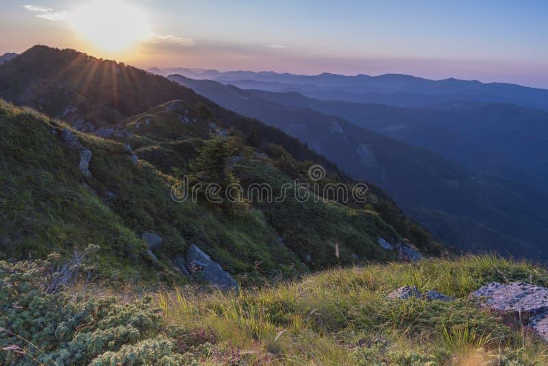 Piękny zmierzchu widok górski od wejść na ścieżce Kozya Stena buda Troyan Bałkański jest wyjątkowo fotografia stock