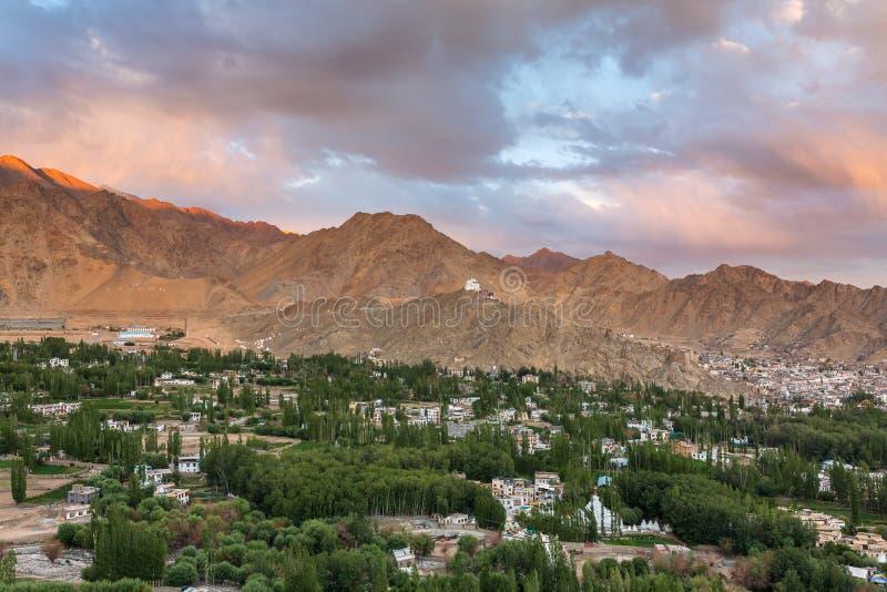 Piękny zmierzchu widok Leh miasta i zieleni Indus dolina z Tsemo Maitreya świątynią na wierzchołku wzgórze zdjęcie royalty free