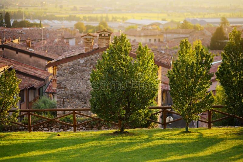 Piękny zmierzchu widok Lonato Del Garda, miasteczko i comune w prowinci Brescia, w Lombardy zdjęcia royalty free