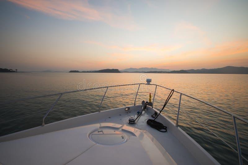 Piękny zmierzchu widok od luksusowego jachtu fotografia royalty free