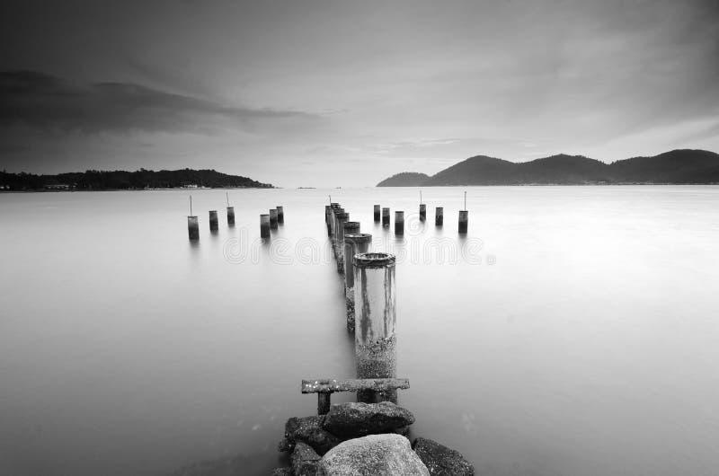 Piękny zmierzchu widok z drewnianym jetty przy Marina wyspą, Lumut obrazy royalty free