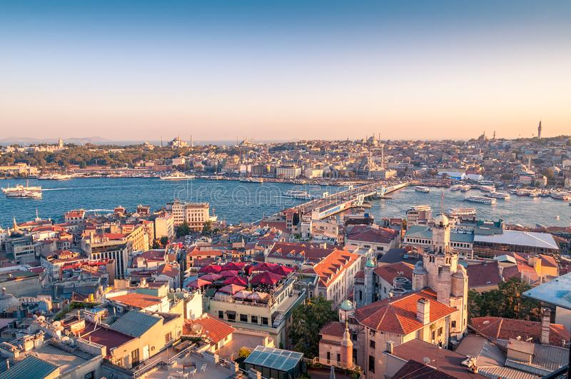 Piękny zmierzchu widok z lotu ptaka nad Istanbul historycznym centre z Galata mostem obrazy royalty free