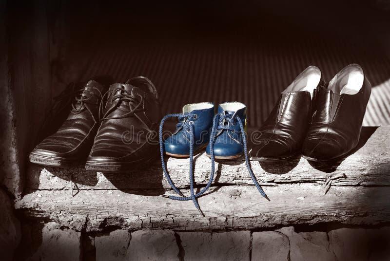 Pięknych ślicznych ładnych butów ojca rodzinna matka kuje buty i dziecka dziecka błękitnego koloru stara moda kuje pozycję na sta fotografia stock