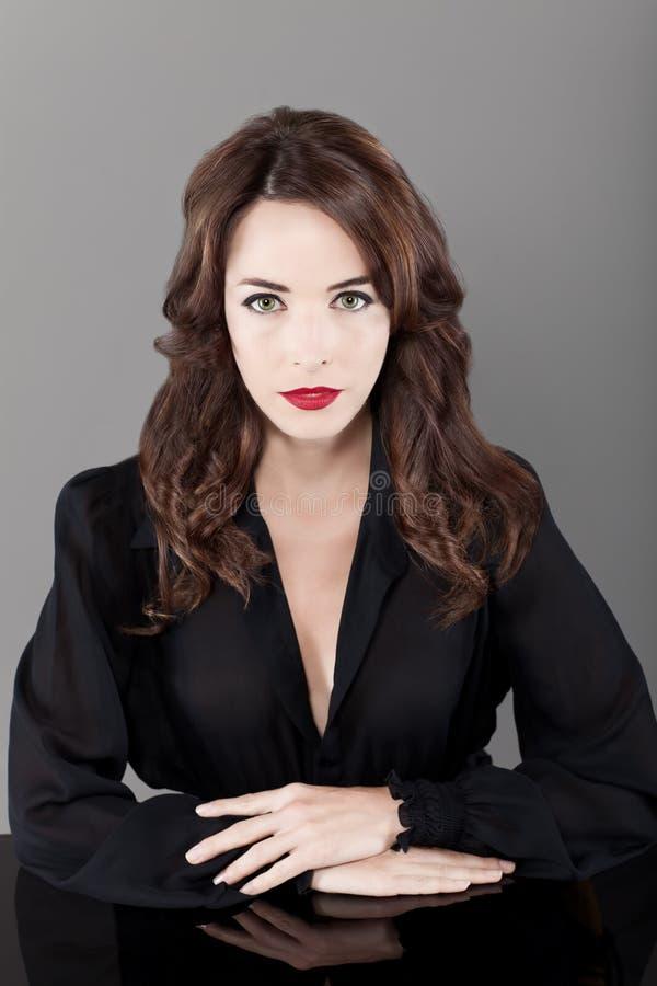 pięknych brunetki seductress poważna kobieta obraz stock