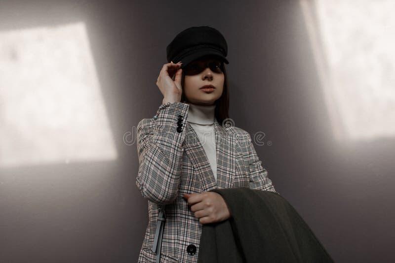 Pięknych eleganckich potomstw wzorcowa kobieta z kapeluszu i rocznika modą obrazy stock