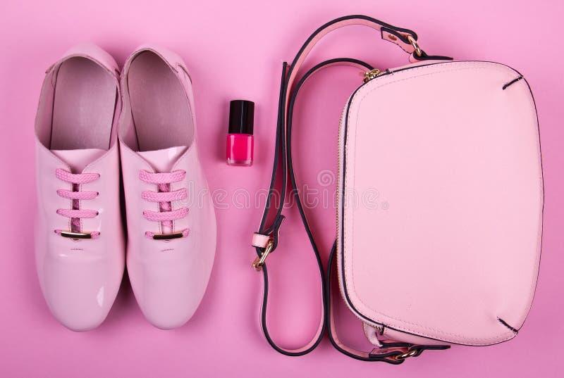 Pięknych kobiet minimalny set mod akcesoria na różowym tle zdjęcie royalty free
