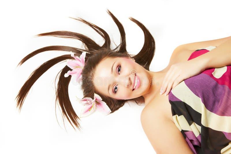 pięknych kwiatów włosiana uśmiechnięta kobieta fotografia stock