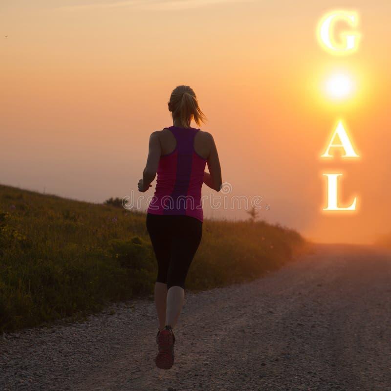 Pięknych młodych kobiet runns przecinający kraj na mountian ścieżce przy fotografia stock