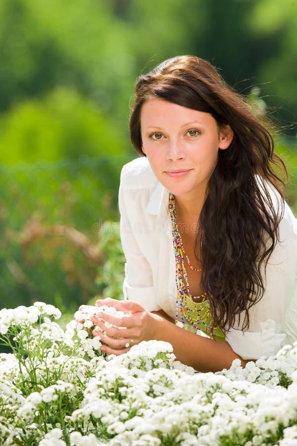 pięknych opieki kwiatów ogrodowa lato biała kobieta fotografia stock