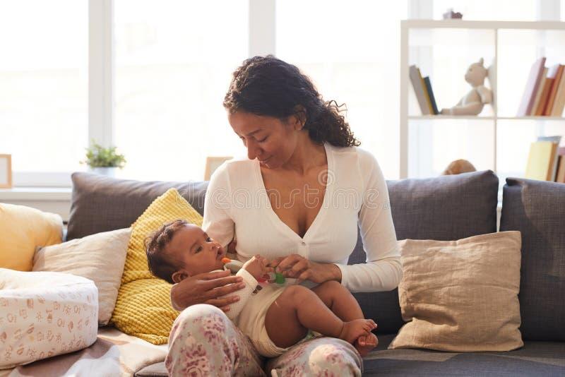 Pięknych potomstw macierzysty cieszy się czas z dzieckiem zdjęcie stock