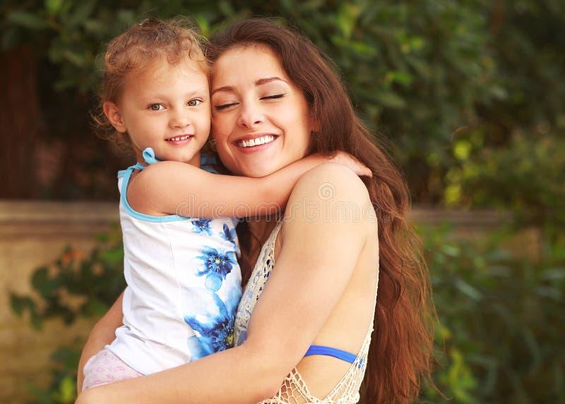 Pięknych potomstw macierzysty przytulenie jej mały dzieciak zdjęcie royalty free
