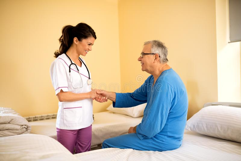 Pięknych potomstw pielęgniarki ostrożny opowiadać i konsola pacjent przy nurem obraz stock