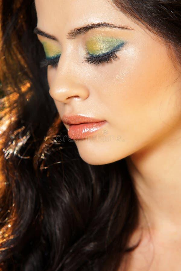 pięknych zamkniętych oczu profilowa kobieta obraz stock