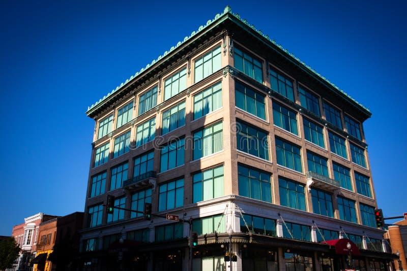 piętrowy budynek biurowy z kolorów okno zdjęcia royalty free