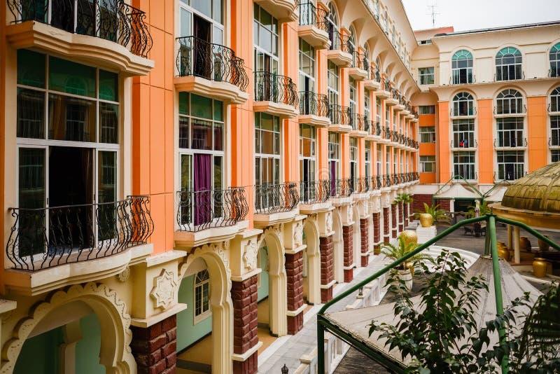 Piętrowy budynek z balkonami w ranku zdjęcia royalty free
