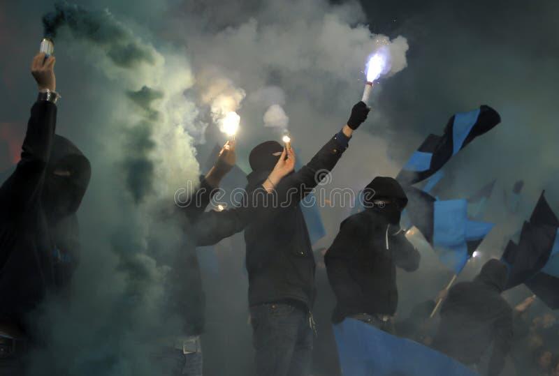 Piłek nożnych fan w dymu zdjęcie royalty free