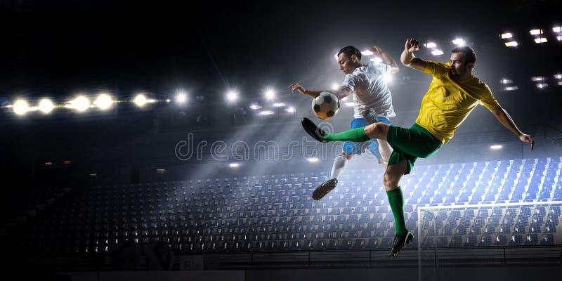 Piłek nożnych palyers walczy dla piłki Mieszani środki obrazy royalty free