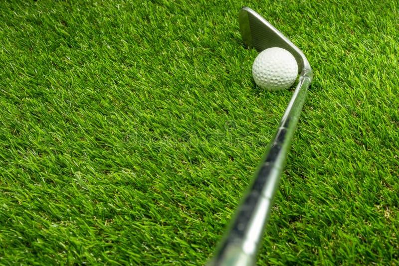 Piłka golfowa i kij golfowy na trawie fotografia royalty free