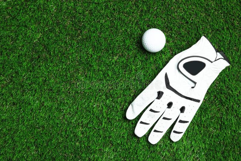 Piłka golfowa i rękawiczka na sztucznej trawie, przestrzeń dla teksta obraz stock