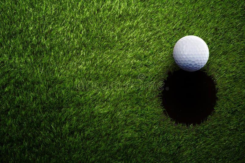 Piłka golfowa na zielonej trawie od above obraz stock