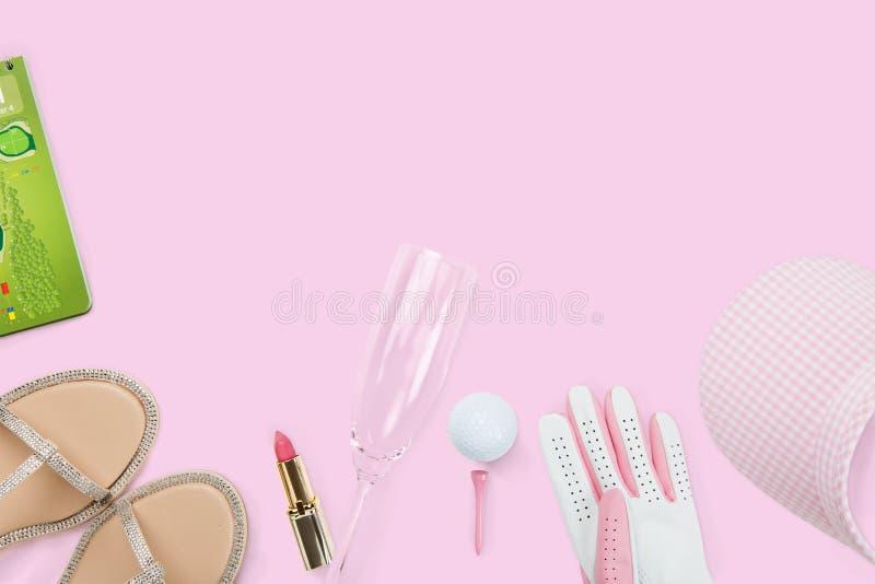 Piłka golfowa, golfowa rękawiczka z golfowym naliczkiem i szampana szkło na drewnianej bazie w menchiach dla dama dnia, zdjęcie stock