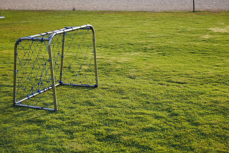 Piłka nożna cel na zielonej trawie fotografia royalty free