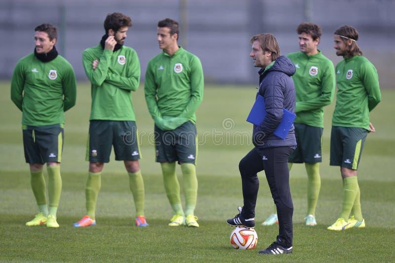 Piłka nożna gracze podczas sesi szkoleniowa i trener zdjęcia stock