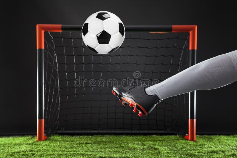 piłka nożna Mistrzostwa pojęcie z graczem piłki nożnej Strajkowicz strzelanina na celu zdjęcie royalty free