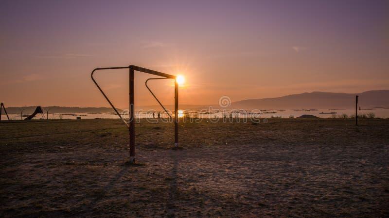 Piłka nożna obok morza, Vilanova de Arousa fotografia stock