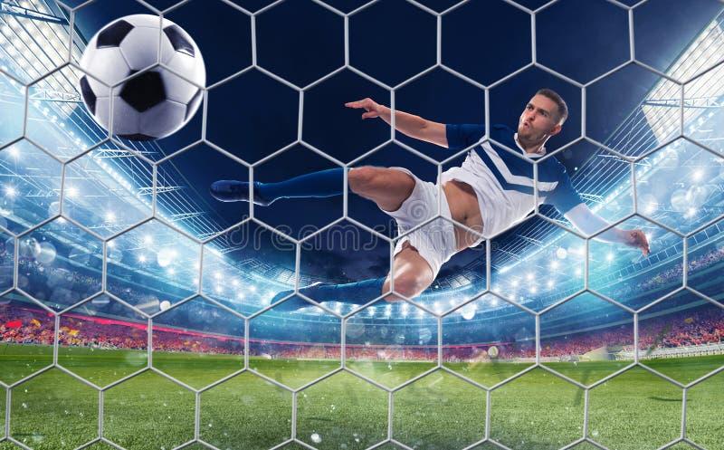 Piłka nożna strajkowicz uderza piłkę z skokowym kopnięciem zdjęcie royalty free