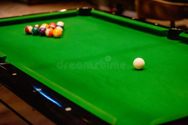 Piłka snookera na stole snookerowym zdjęcia royalty free