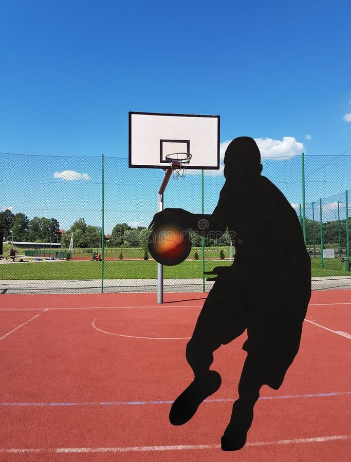 Piłka w gracza ` s ręk komarnicach w koszykówkę dzwoni na pogodnym i jasnym dniu Konturowy wizerunek gracz koszykówki Mult zdjęcie stock