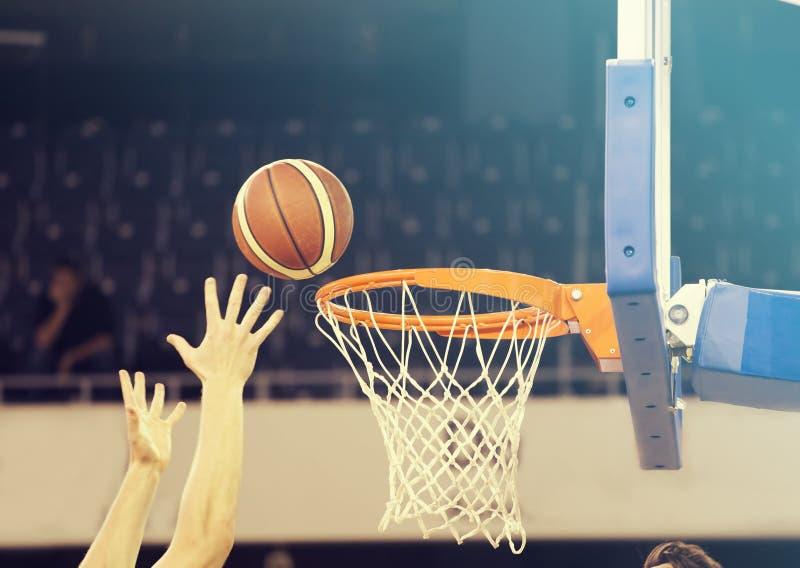 Piłka w obręczu przy meczem koszykówki obrazy royalty free