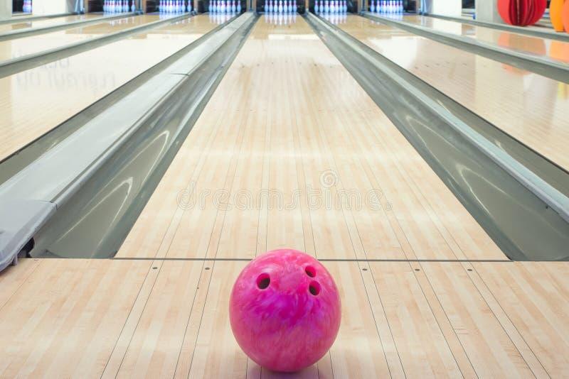 Piłki na kręgle alei przeciw dziesięć szpilkom zdjęcie stock