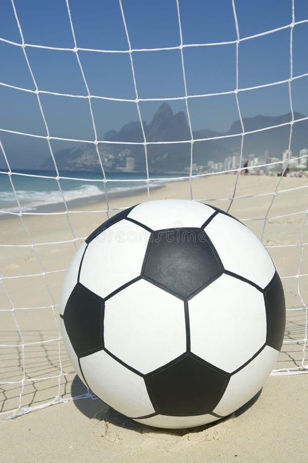 Piłki nożnej Bramkowa piłka w futbol sieci Rio De Janeiro Brazylia plaży zdjęcia royalty free