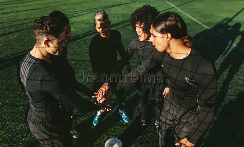Piłki nożnej drużyny sztaplowania ręki przy boiskiem piłkarskim obraz royalty free