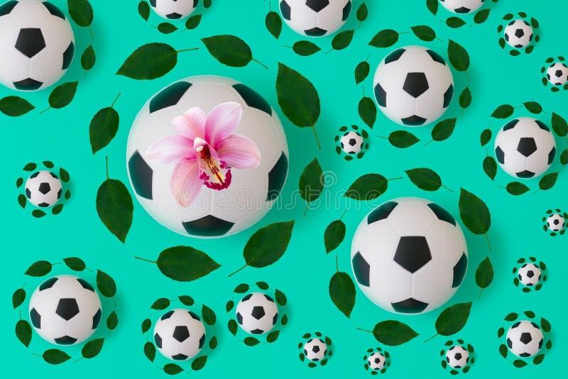 Piłki nożnej piłki druk z zielonymi liśćmi royalty ilustracja